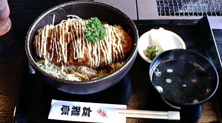 メンチ・マヨ丼、ココのメンチカツは厚さが3cmほどあってボリュームたっぷりです。